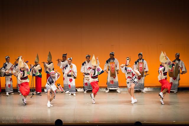 せいせき桜まつり、関戸公民館ヴィータ8Fのホールで阿波踊りを踊る江戸っ子連の写真