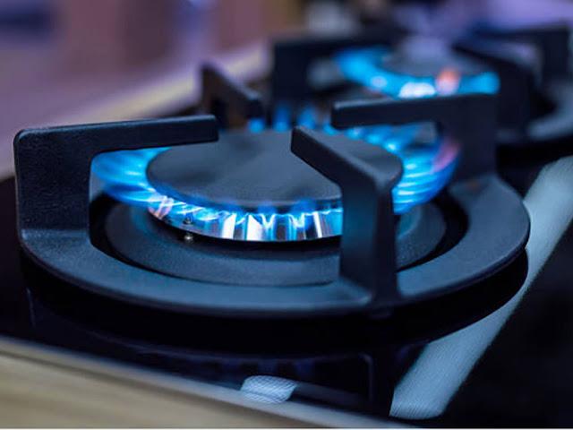 gambar Membersihkan kompor gas yang mampet sehingga membuat apinya merah