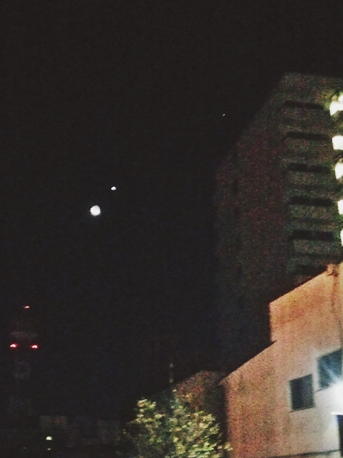 寒い師走の澄んだ空気の空には月と金星のランデブー