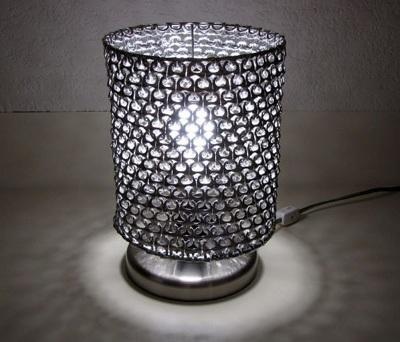Lampu meja terbuat dari cincin-tarik kaleng minuman soda.