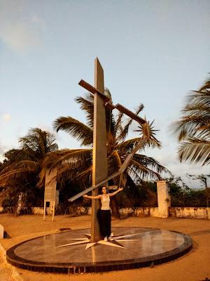 Monumento no Farol do Cabo Branco, em João Pessoa, representando o Brasil com o tratado de Tordesilhas e um sol no ponto mais oriental.