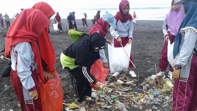 SMK MULIA Cakru Peringati Sumpah Pemuda Dengan Upacara dan Bersih Pantai