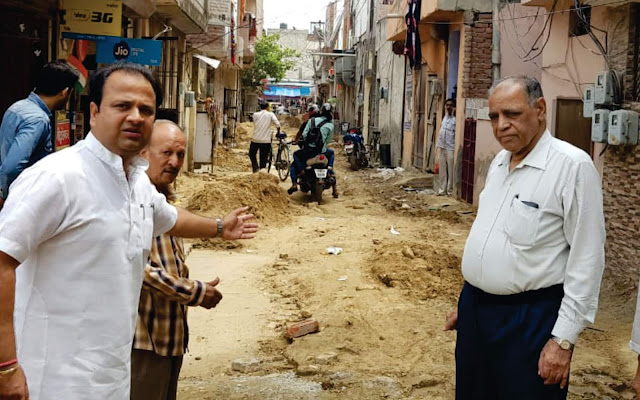 Congress secretary Sumit Gaud reviewed pit pits for sewerage in Sector-10
