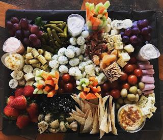 Cóctel a domicilio tabla de quesos cumpleaños evento banquetería