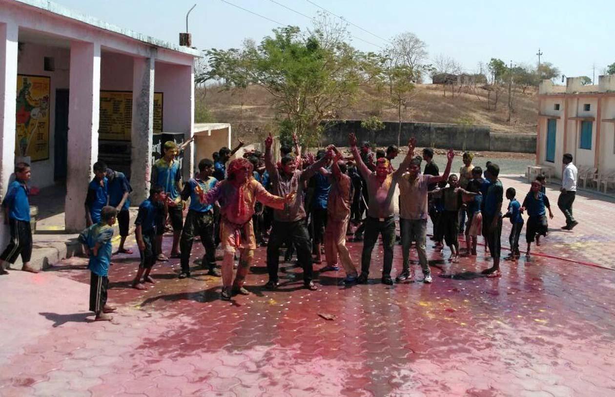 Rotate-club-celebrated-Holi-meet-celebreation-dance-performed-on-DJ-दिव्यांग छात्रों के साथ रोटरेक्ट क्लब ने मनाया होली मिलन समारोह, डीजे पर किया नृत्य