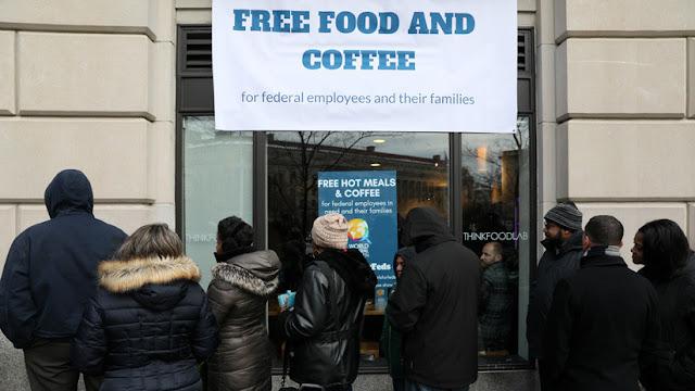 """El cocinero español José Andrés reparte comida gratis a empleados federales de EE.UU. en """"shutdown"""""""