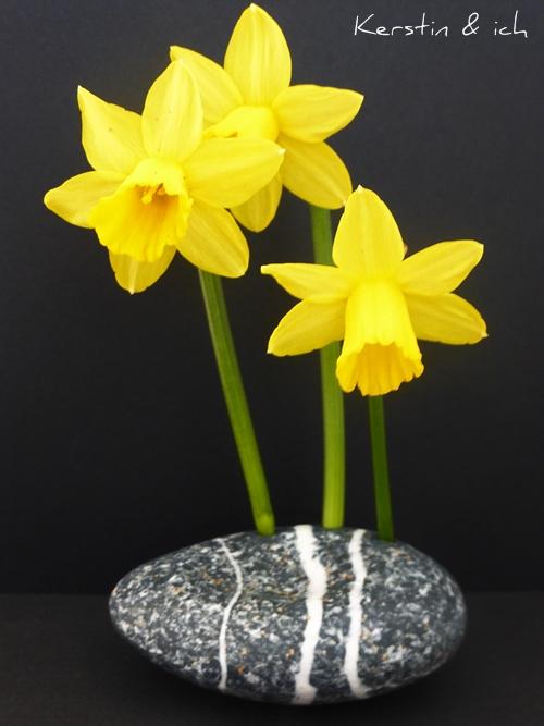 Blumen in Steinvase Dekoration mit Narzissen gelb schwarz