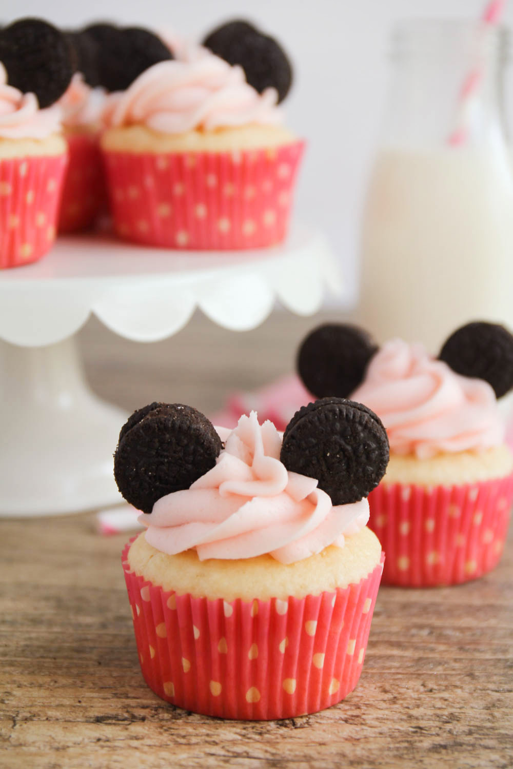 These Minnie Mouse cupcakes are adorable and so easy to make. Perfect for a little girl's birthday party!