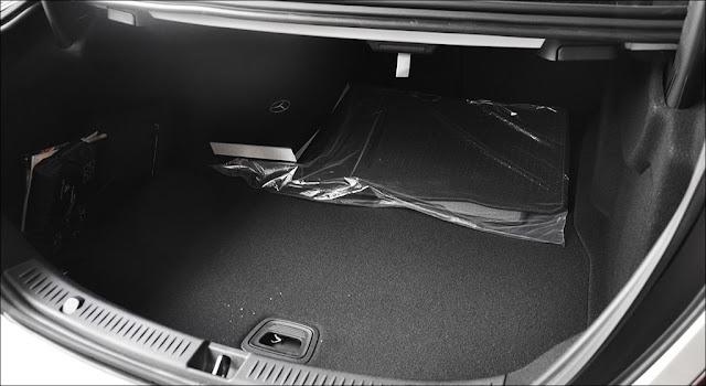 Cốp sau Mercedes E350 AMG 2019 có thêm tính năng mở cốp bằng chân