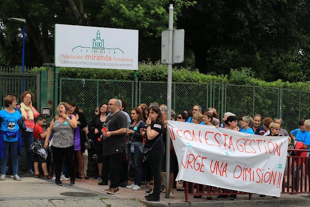 Protesta de trabajadores y familias de ancianos de la residencia de la Fundación Miranda