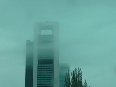 Las torres del Bernabeu entre niebla