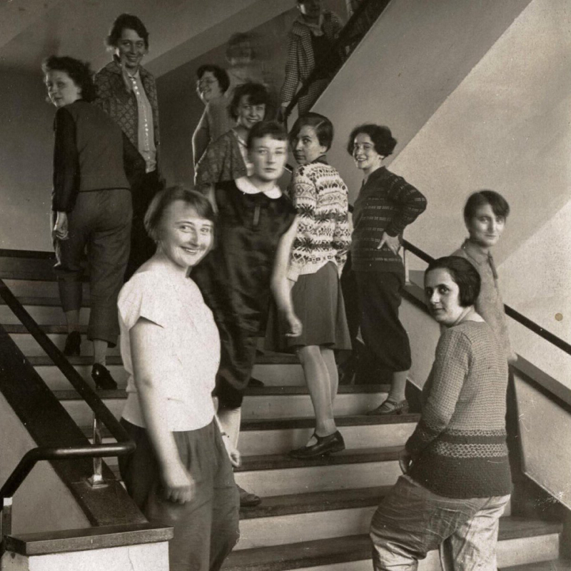 Alumnas en las escaleras de la Bauhaus de Dessau a principios del siglo XX.
