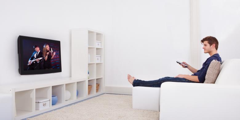 4 Kiat Sehat Menonton TV Tanpa Sakit Mata