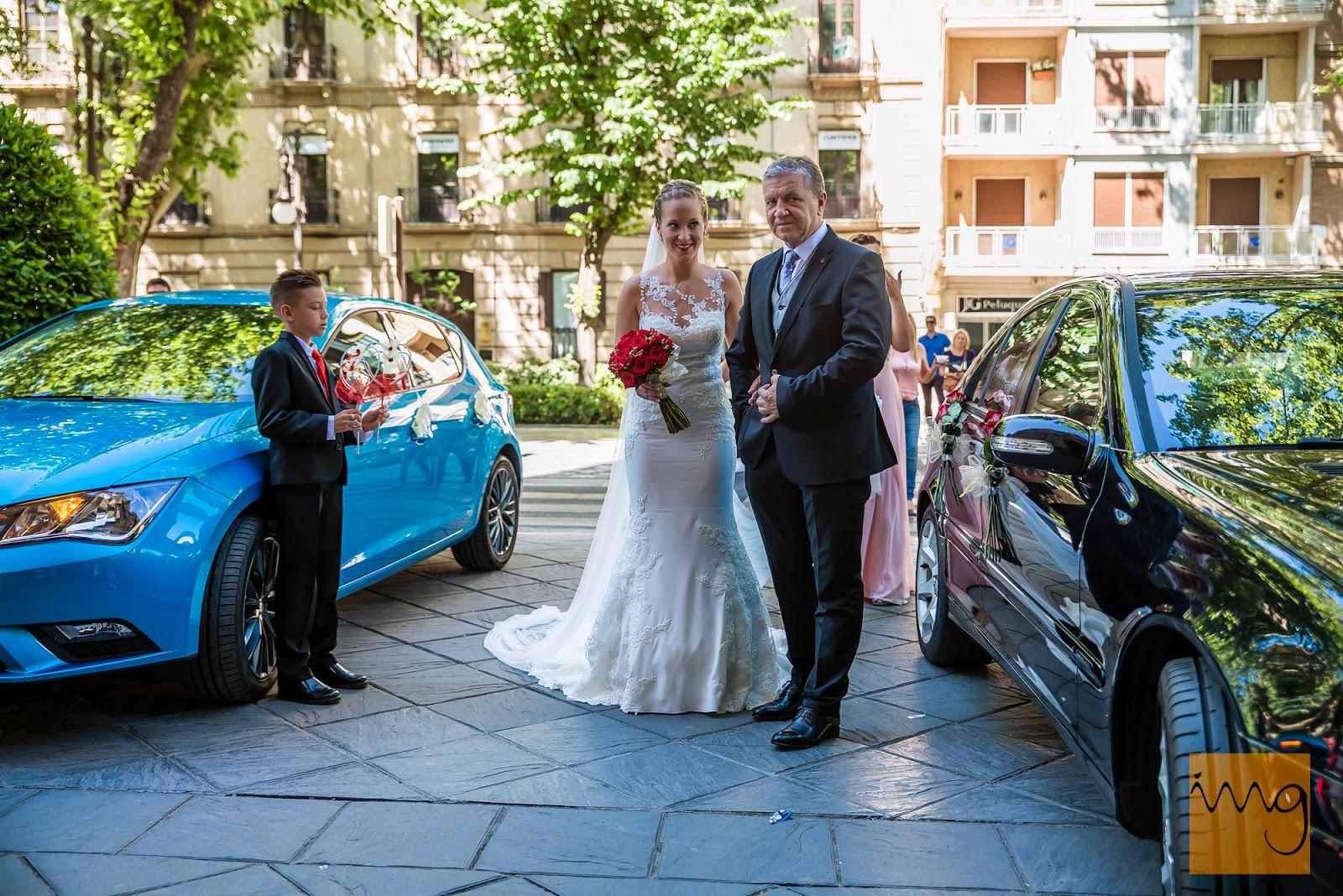 Fotografía espontánea de boda a la entrada de la Iglesia