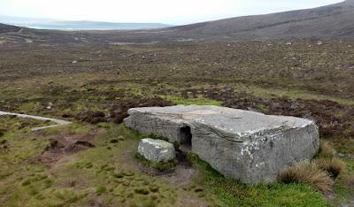 Дуорфи-Стейн  англ. Dwarfie Stane — букв. «камень карлика» на шотландском диалекте английского языка мегалитический могильник рубежа 2-3 тысячелетия до н. э., вырезанный из гигантского цельного блока красного известняка.  Изначально каменная плита блокировала вход в Каменный монолит с западной стороны, однако в настоящее время она лежит на земле перед монолитом.  Монолит состоит из входного коридора с камерой, расположенной в северной и южной стенах. Камень Dwarfie Stane Шотландия В средние века, люди, увидев готовый проход и выемку решили сделать внутри наподобие гробницы.  Вручную продолбили  по мнению местных жителей 2 лежки по краям.  Есть следы реставрации, значит те, кто долбил дыру, повредили монолит, когда пытались залезть в закрытый камнем проход. Верхняя часть залита бетоном.  Что любопытные нашли в камне, остаётся тайной, записей нет, хроники нет, по близости костей обнаружено не было. Вообще ничего не было обнаружено ни костей, ни орудий обработки камня.    Возможно кого-то в него поместили и закрыли камнем вход. Примерно к 17 веку вход вскрыли.  В Великобритании это единственный мегалит из которого вынимался каменный блок. Размеры камня длина 8,5 метра, ширина 4,5 метра, высота 1,5 метра  размеры могут варьироваться с точностью до полуметра в зависимости от точки замера.  Вход представляет собой квадрат стороной чуть менее метра, вырезанный в западной стене камня. Камень Dwarfie Stane Шотландия В средние века, люди, увидев готовый проход и выемку решили сделать внутри наподобие гробницы.  Вручную продолбили  по мнению местных жителей 2 лежки по краям.  Есть следы реставрации, значит те, кто долбил дыру, повредили монолит, когда пытались залезть в закрытый камнем проход. Верхняя часть залита бетоном.  Что любопытные нашли в камне, остаётся тайной, записей нет, хроники нет, по близости костей обнаружено не было. Вообще ничего не было обнаружено ни костей, ни орудий обработки камня.    Возможно кого-то в него поместили и закрыли камнем вход. Примерно к 17 