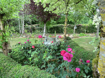 vasque en bronze dans triangle roses pourpres