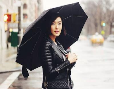 gambar tips melindungi jaket kulit saat hujan