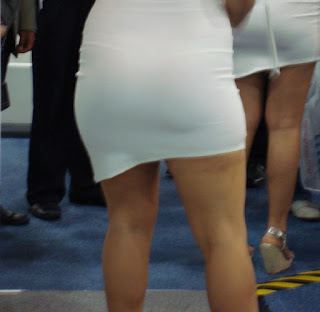 Hermosa modelo nalgona usando vestido pegado