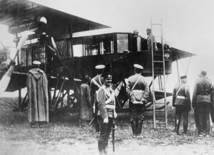 Царь Николай осматривает аэроплан Русский Витязь