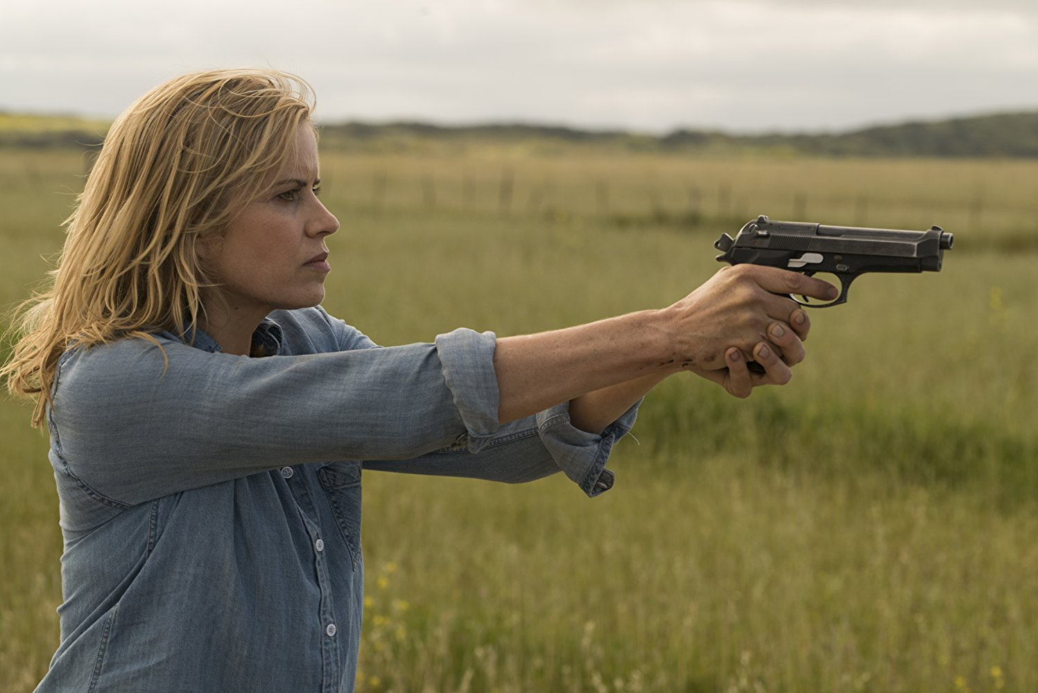 Madison Clark con un arma en el episodio 3x09 Minotaur de Fear The Walking Dead