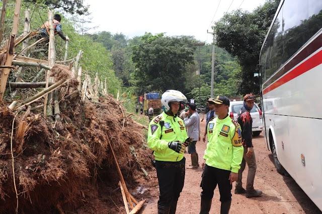 Gerak Cepat, Polres Garut Evakuasi Bencana Alam Longsor Yang Menimpa Kampung Pangkalan Garut