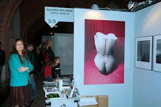 Młoda kobieta na wystawie w Arkadach Kubickiego