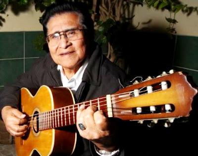Foto de Luis Abanto Morales con su instrumento musical