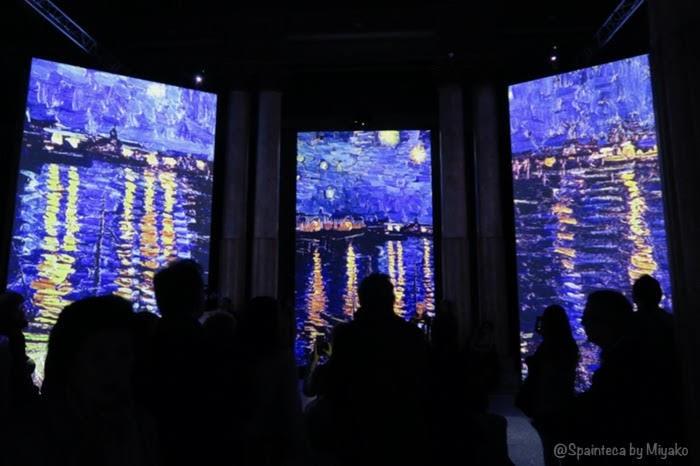 Van Gogh Alive Madrid マドリードの光と音のバーチャルゴッホ展の星月夜を鑑賞する人々