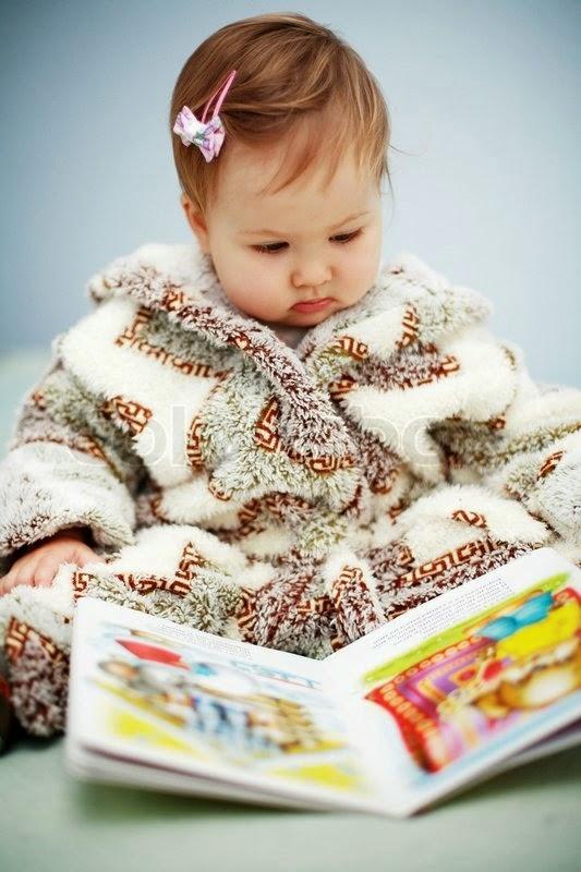 Gratis foto bayi lucu baca buku