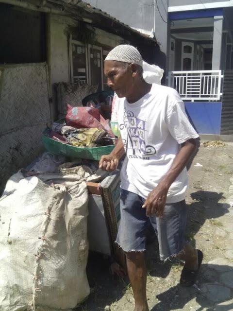 Sosok mbah Latif yang Senantiasa Bersemangat Menjemput Rizki bersama Sampah