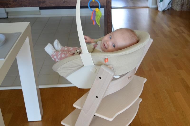 Vauvan Istuttaminen Syöttötuolissa