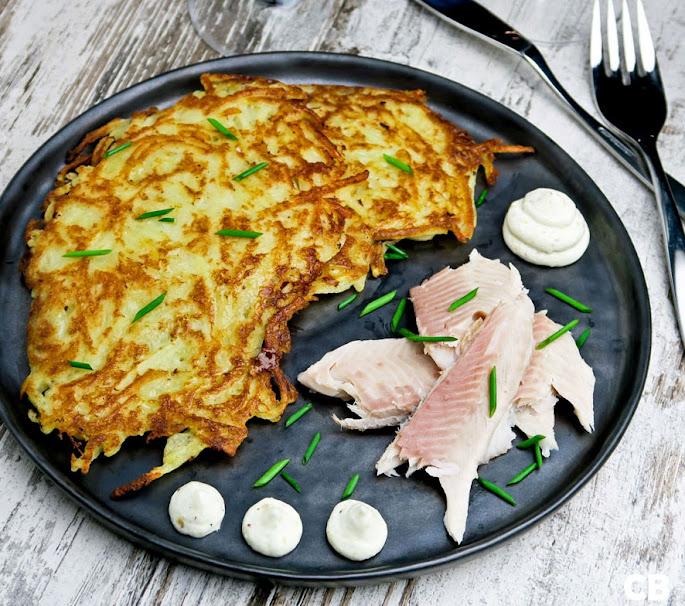 Limburgse riefkeukskes, aardappelpannenkoekjes, met gerookte vis en mierikswortelroom