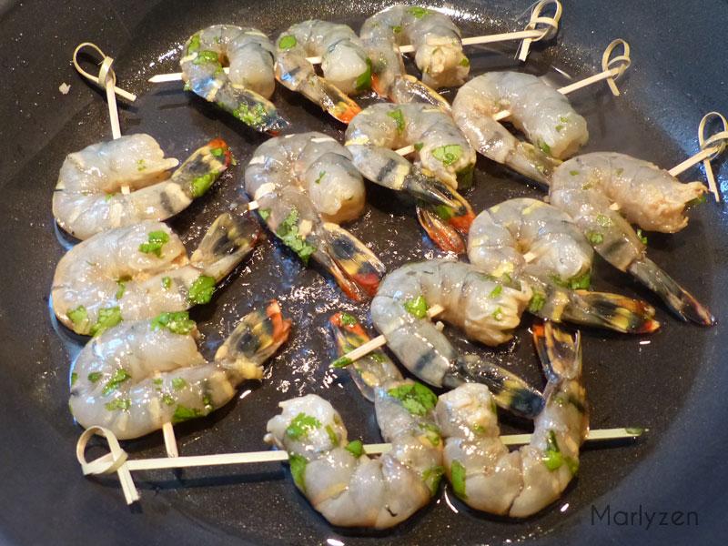 Faites cuire les brochettes de crevettes.