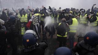 اشتباكات بين الشرطة والمتظاهرين في باريس آخذة في الارتفاع