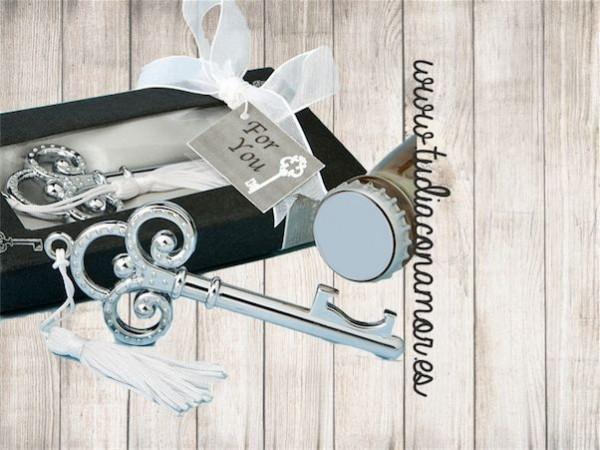 Si buscáis un detalle práctico, bonito y original para vuestras invitadas, este abre chapas con forma de llave es el recuerdo perfecto para vuestra boda