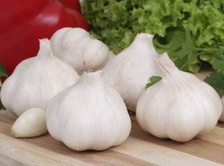 menghilangkan jerawat dengan bawang putih