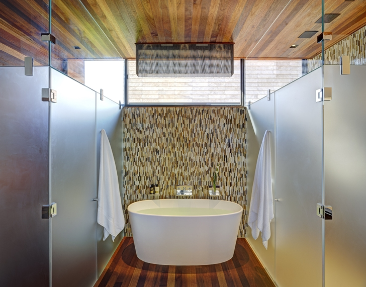 Bathroom in Sam's Creek Home by Bates Masi Architects