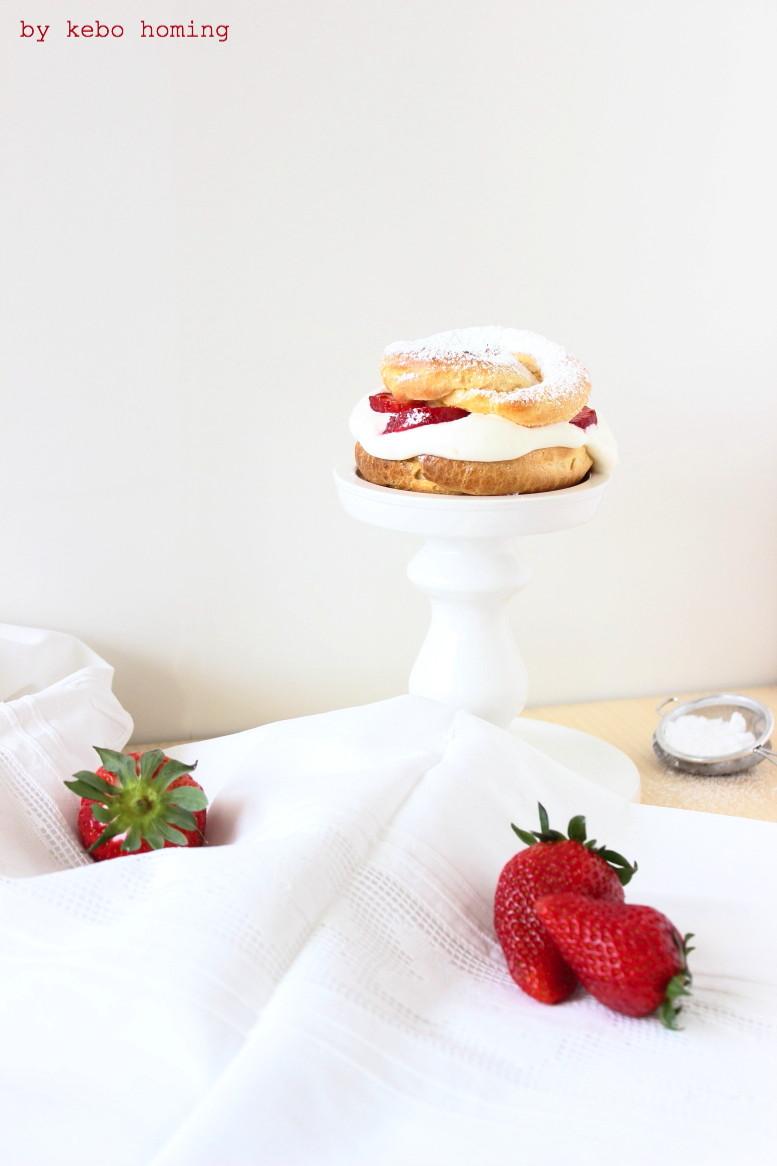 Leckere Windbeutel Sylter Art mit Schlagsahne und Erdbeeren, in Italien Profiteroles, das Rezept auf dem Südtiroler Food- und Lifestyleblog kebo homing, Foodstyling und Foodphotography