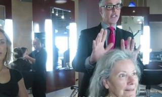 Πήγε στον κομμωτή της με γκρίζα μαλλιά. Εκείνος είχε άλλη άποψη. Δείτε τι της έκανε (video)