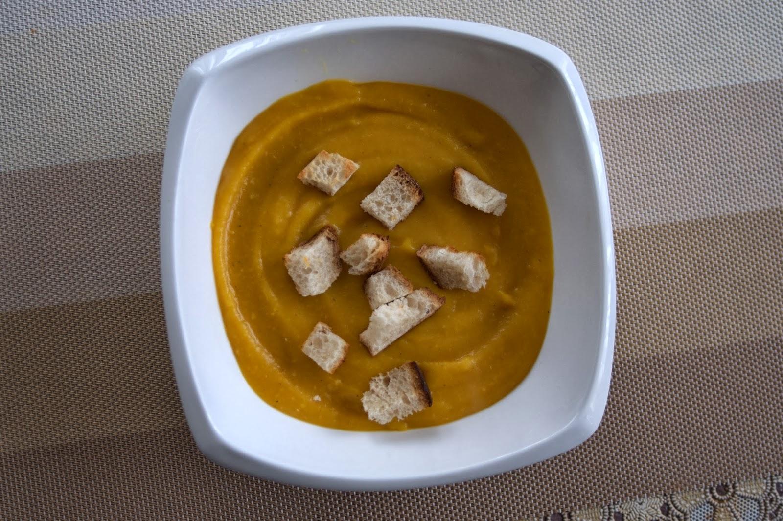 grzanki w zupie krem z dyni