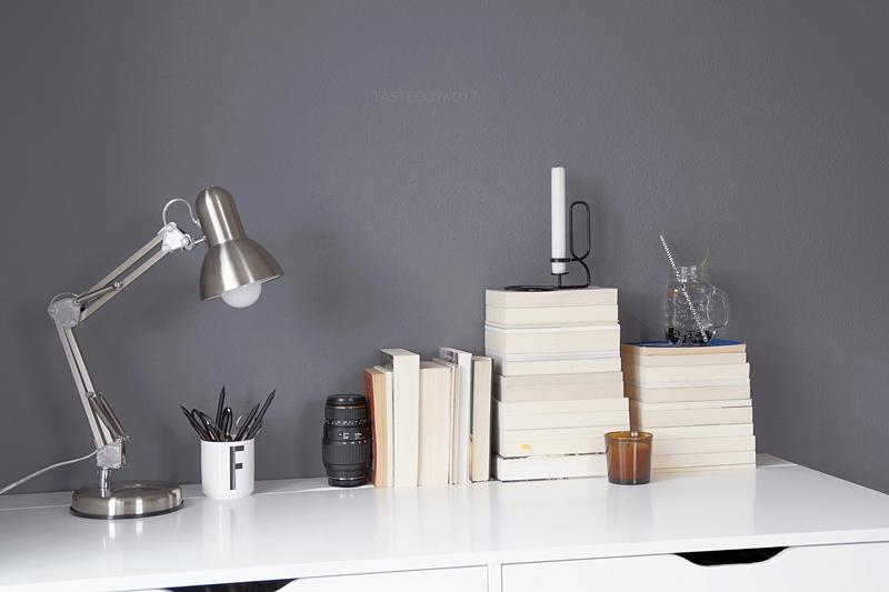 Bücherstapel auf Schreibtisch dekorieren, Arbeitsplatz im Jugendzimmer in grau, weiß, braun, skandinavisch-schlichter Stil | Tasteboykott Blog