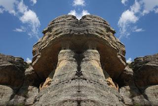 simetría, surrealismo, surreal, rocas, piedras, turismo, gigantes, formas, fantasmagóricas, imaginación,