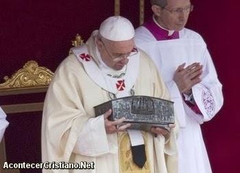 El Papa Francisco muestra los huesos del apóstol Pedro