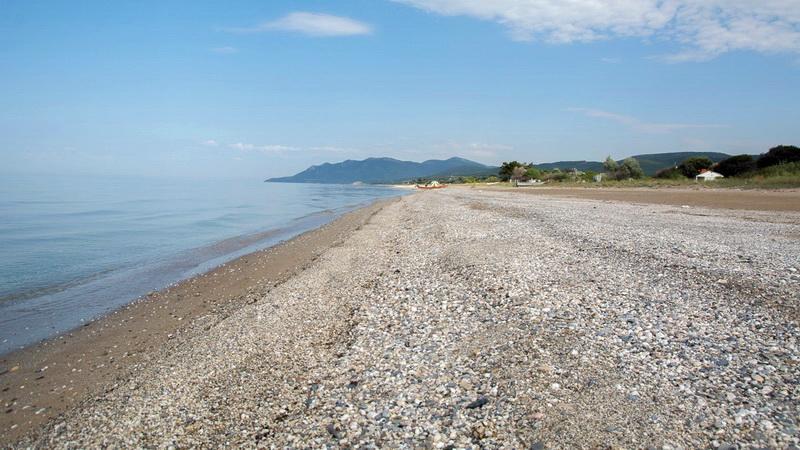 Μια παραλία ερημική και ν' απλώναμε εκεί της ζωής μας το βήμα