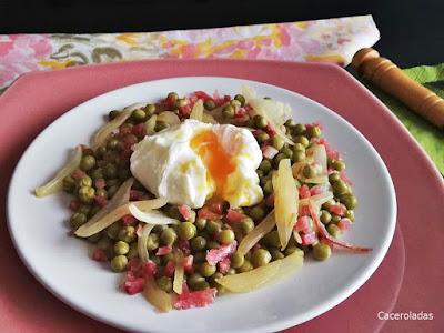Guisantes salteados con jamón, cebolla y huevo poché