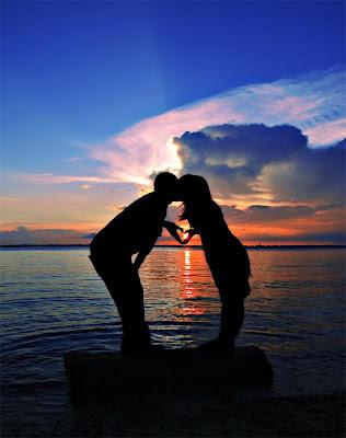 http://4.bp.blogspot.com/-IXnwKFTEfqA/ThhIKUisUoI/AAAAAAAAEzk/jQgkNUDEX3E/s400/Romantic%2BCouples%2BWallpaper.jpg