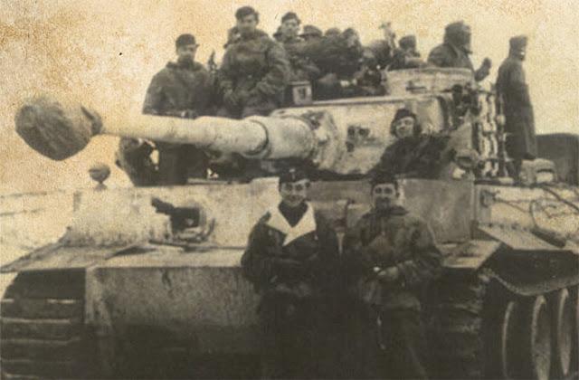 Ο Carius ποζάρει με το πλήρωμα του Επιλοχία Rudolf Zwetti