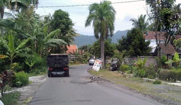 Salah satu jalan yang rusak