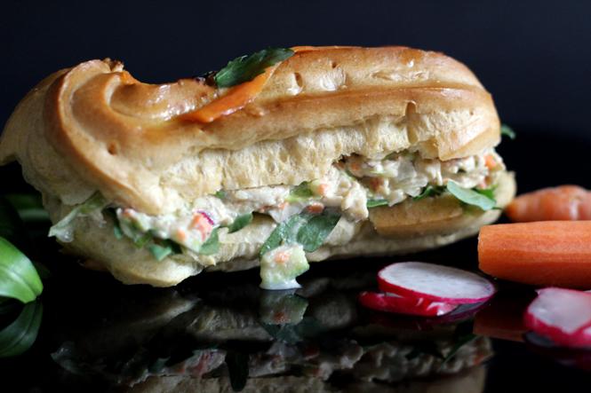 Snack für die Abschiedsparty: Herzhafte Eclairs mit Hühnchensalat und Roastbeef / Mo'Beads / Monika Thiede