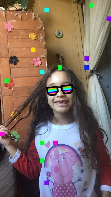 Sophia sonriendo con unos lentes